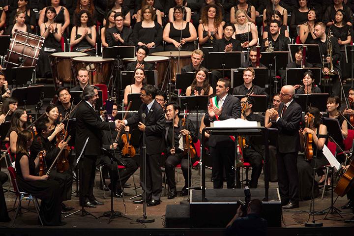 叙勲伝達式。左より、リッカルド・ムーティ、梅本和義駐イタリア大使、ミケーレ・デ・パスカーレ(ラヴェンナ市長)、アントニオ・デ・ローザ(ラヴェンナ音楽祭総裁) ©Silvia Lelli