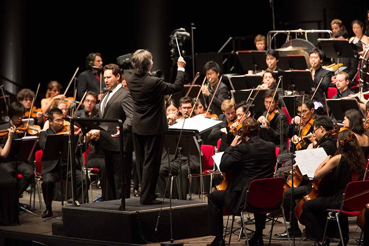 ムーティの左が、ボイト:歌劇 《メフィストフェレ》 プロローグを歌うイルダール・アブドラザコフ ©Silvia Lelli