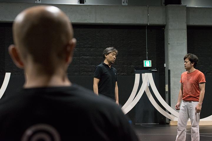 左)弁者&神官1:小森輝彦、右)王子タミーノ役カヴァー:糸賀修平