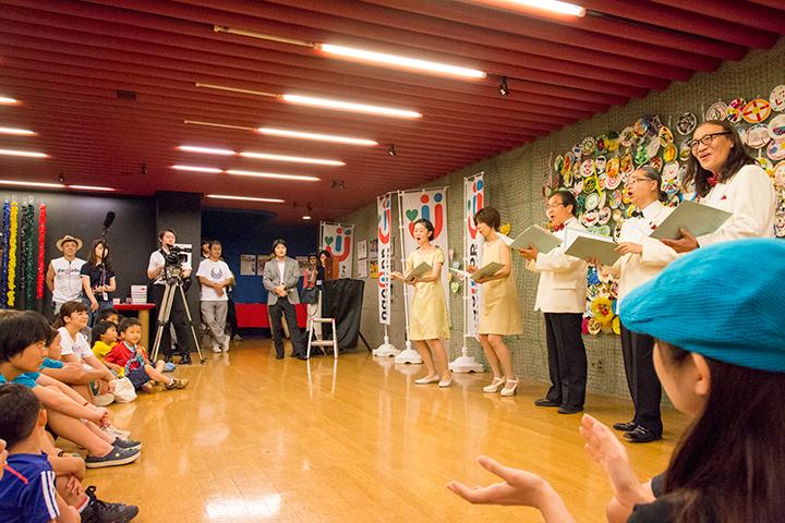 歌を披露する東京混声合唱団のピックアップ・メンバー 中央から右に)和田 友子(ソプラノ)、小野寺香織(アルト)、秋島光一(テノール)、徳永祐一(バス)、熊谷隆彦(バス)