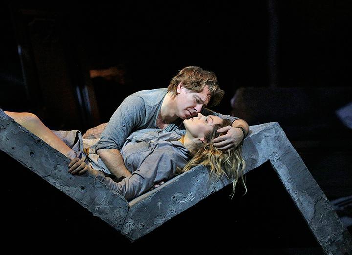 《マノン・レスコー》 (C)Marty-Sohl/Metropolitan-Opera