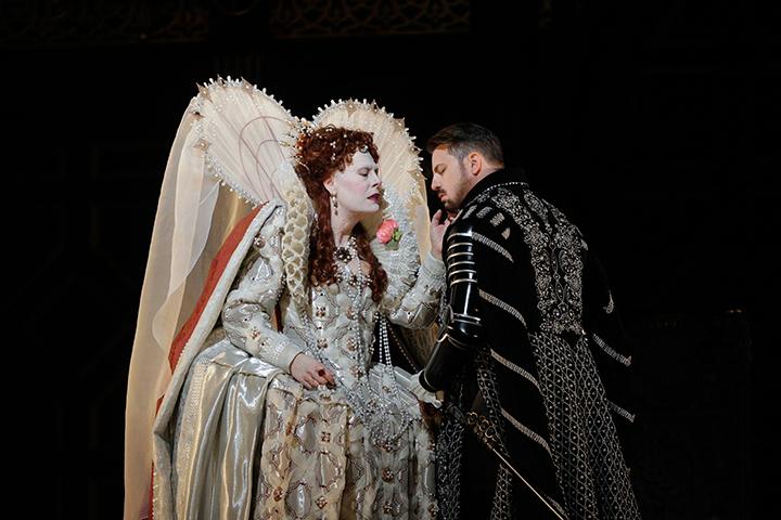 《ロベルト・デヴェリュー》  (C)Ken-Howard/Metropolitan-Opera