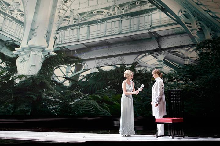 ザルツブルク音楽2014《ばらの騎士》より。 左はゾフィー役モイツァ・エルトマン (c)Monika Ritterhaus