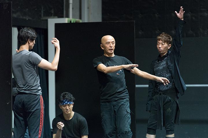 振り付け指導する勅使川原三郎(中央)。左)岡崎隼也 右)氷室友