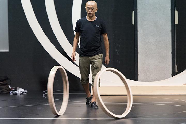 今回の舞台装置では円を多用するが、演出の勅使川原は、常に装置のアイデアを模索し続ける