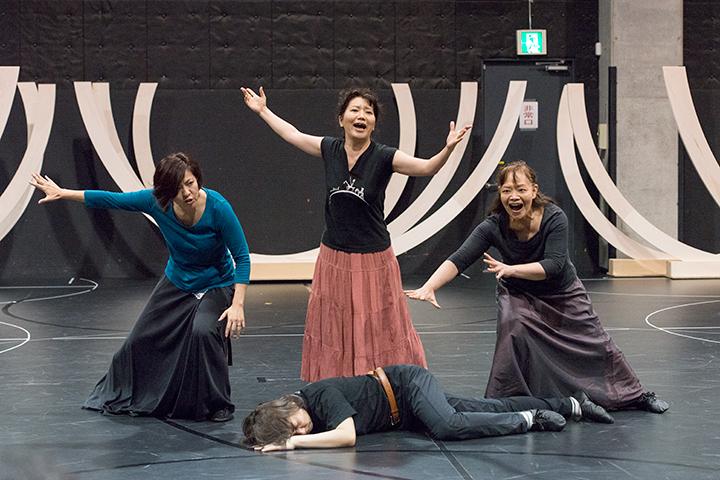 左から)侍女I:北原瑠美、侍女II:磯地美樹、侍女III:丸山奈津美