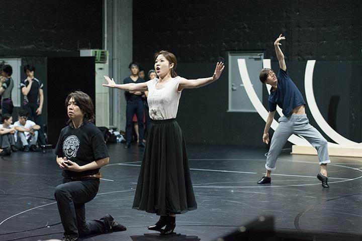 左から)王子タミーノ:鈴木准、夜の女王:高橋維、松野及知