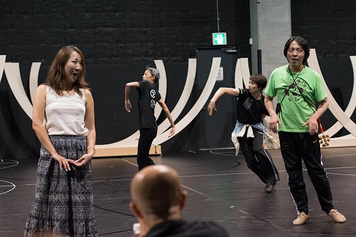 左から)王女パミーナ:森谷真理、佐東利穂子、入戸野伊織、鳥刺しパパゲーノ:宮本益光