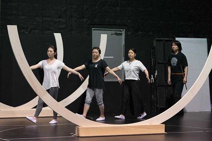 三人の童子(井口侑奏、森季子、安藤千尋)もダンスの要素を取り入れた動きで演唱
