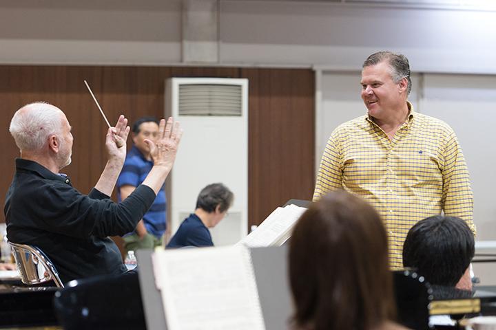 左)指揮:ヘスス・ロペス=コボス 右)トリスタン:ブライアン・レジスター