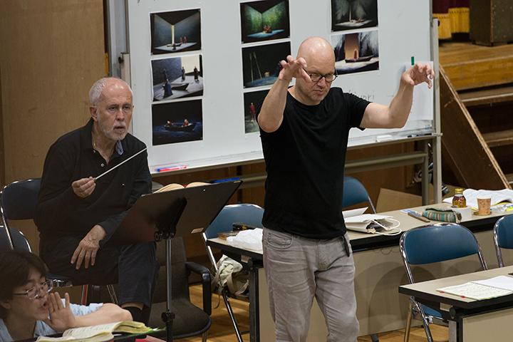 左)指揮:ヘスス・ロペス=コボス 右)演出補:シュテファン・ハインリッヒス