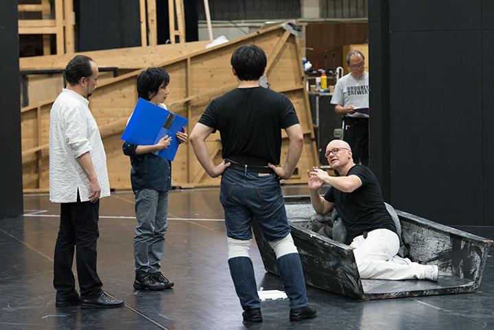 左から2番目)演出助手:家田淳