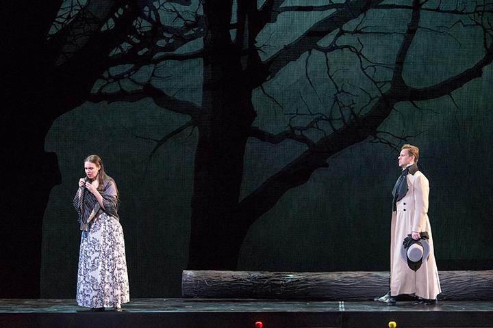 左)タチヤーナ:マリア・バヤンキナ 右)オネーギン:アレクセイ・マルコフ