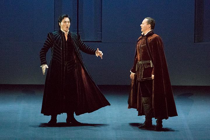 左)ドン・カルロ: ヨンフン・リー  右)ロドリーゴ:アレクセイ・マルコフ