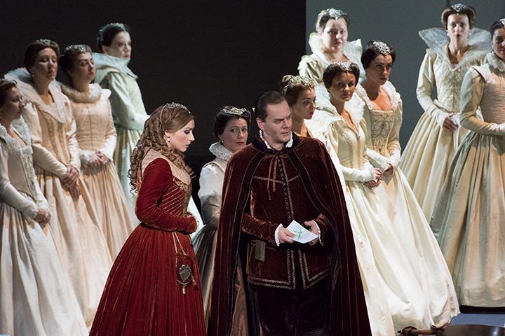 左)エリザベッタ:ヴィクトリア・ヤストレボヴァ 右)ロドリーゴ:アレクセイ・マルコフ