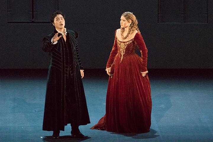 左)ドン・カルロ: ヨンフン・リー  右)エリザベッタ:ヴィクトリア・ヤストレボヴァ