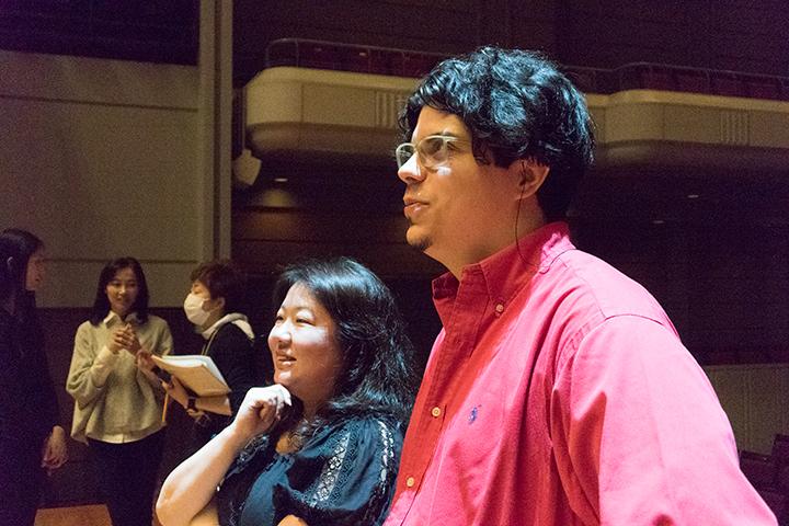 右)アンドレア・バッティストーニ 左)菊池裕美子(演出コーディネーター)
