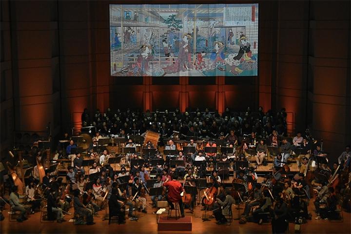 演奏会形式ながら、舞台奥には当時のヨーロッパに影響を与えた浮世絵からバッティストーニがセレクトした作品が投影される。 こちらは歌川国貞「新よし原尾州樓」国立国会図書館蔵