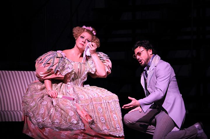 オランピア:ソフィア・フォミーナ、ホフマン:ヴィットリオ・グリゴーロ (C)ROH Photo:CATHERINE ASHMORE